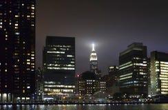 Vista de construções de Manhattan na noite do Queens NY Imagens de Stock Royalty Free