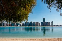 Vista de construções modernas da costa do canal em Abu Dhabi fotografia de stock royalty free