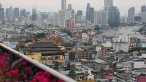 Vista de constru??es tradicionais e modernas da cidade oriental Canteiro de flores bonito contra a arquitetura da cidade de casas video estoque