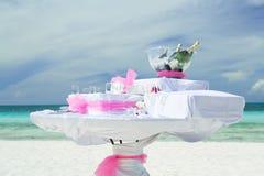 Vista de convite bonita impressionante da tabela decorada com as garrafas do champanhe na bacia de vidro para a cerimônia de casa Fotografia de Stock Royalty Free