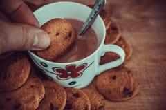 Vista de cookies e do copo pretos do chocolate fotos de stock royalty free