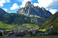Vista de Corvara, Alta Badia - dolomías Imágenes de archivo libres de regalías