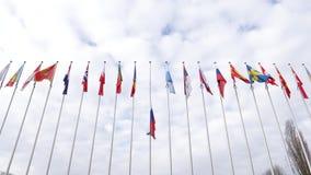 Vista de debajo de la media asta de la bandera de la Federación Rusa que agita almacen de video