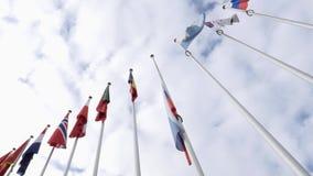 Vista de debajo de la media asta de la bandera de la Federación Rusa que agita metrajes
