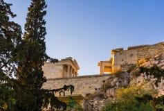 Vista de debajo y a un lado del templo entrada de la entrada de Athena Nike y de Propylaea en la acrópolis, Atenas, Grecia contra imagen de archivo libre de regalías