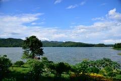 Vista de delanteras, de recursos hídricos y de montañas Fotografía de archivo libre de regalías