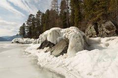 Vista de desenhos bonitos no gelo das quebras na superfície do lago Teletskoye no inverno, Rússia foto de stock