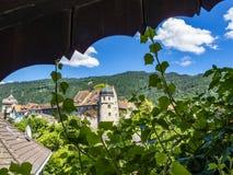 Vista de Deuring-Schloessle ou de Carolenhof em Bregenz, torre de Áustria, St Martin no fundo imagens de stock royalty free