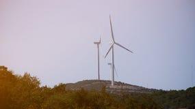 Vista de dois moinhos de vento Imagem de Stock Royalty Free