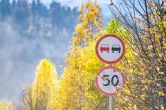 Vista de dos señales de tráfico en montañas del otoño fotografía de archivo libre de regalías