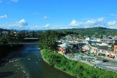 Vista de duas pontes e do napo do rio que fatias através de Tena, Equador imagem de stock royalty free