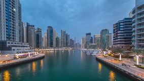 Vista de Dubai Marina Towers y canal en el día de Dubai al timelapse de la noche metrajes