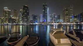 Vista de Dubai Marina Towers y yahct en Dubai en el hyperlapse del timelapse de la noche almacen de video