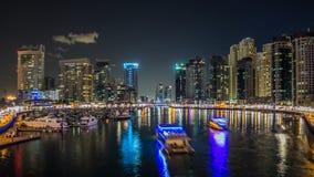Vista de Dubai Marina Towers y yahct en Dubai en el hyperlapse del timelapse de la noche metrajes