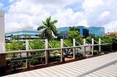 Vista de edificios al lado de la estación de tren en la Florida del sur Fotos de archivo