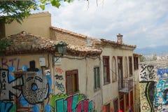 Vista de edificios en Atenas con la pintada Imagen de archivo libre de regalías