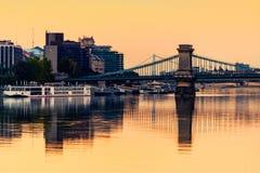 Vista de edificios históricos y del puente de cadena en el ingenio de la mañana Fotos de archivo libres de regalías