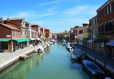 Vista de edificios y del canal con los turistas y los barcos en Murano, una pequeña ciudad agradable encima de las islas cerca de Fotografía de archivo libre de regalías