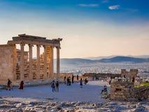 Vista de Erechtheion na acrópole, Atenas, Grécia, contra o por do sol que negligencia a cidade imagens de stock royalty free