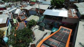 Vista de escadas rolantes elétricas em Comuna 13 Medellin Colômbia, filtração larga do tiro e inclinação filme
