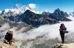Vista de Everest de Gokyo Ri com turista Fotografia de Stock