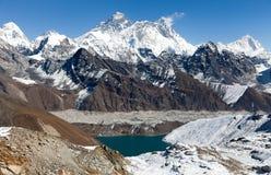 A vista de Everest, Lhotse e Makalu do La de Renjo passam foto de stock