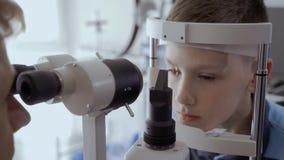 Vista de examen con el equipo óptico almacen de metraje de vídeo