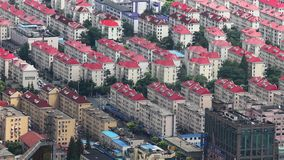 Vista de filas organizadas de un complejo de viviendas en el distrito financiero de Pudong, Shangai, China almacen de video
