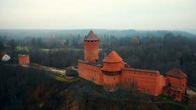 Vista de filtração aérea do museu antigo bonito do forte do castelo de Turaidas em Sigulda, Letónia, um marco sightseeing naciona filme