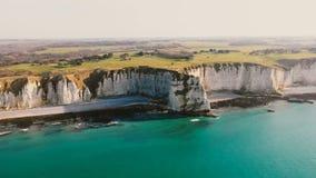 Vista de filtração aérea majestosa, litoral do mar dos azuis celestes com os penhascos de giz brancos épicos e campos verdes pert vídeos de arquivo