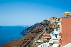 Vista de Fira na borda do caldera Santorini, Greece imagem de stock