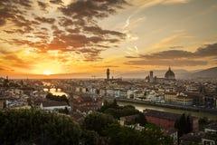Vista de Florencia durante la puesta del sol que muestra el r?o Arno, Ponte Vecchio, el Palazzo Vecchio y el Duomo - Florencia, T foto de archivo libre de regalías