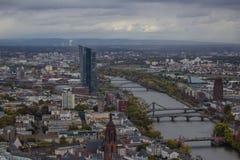 Vista de Frankfurt-am-Main de la plataforma de observación del skysc foto de archivo