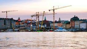 Vista de Gamla Stan en Estocolmo, Suecia con las gr?as de construcci?n durante la tarde almacen de video