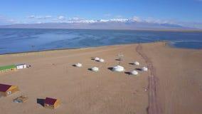 Vista de Ger mongol cerca del lago Khar metrajes