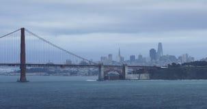 Vista de golden gate bridge com centro da cidade 4K de San Francisco filme