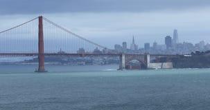 Vista de golden gate bridge com skyline 4K de San Francisco vídeos de arquivo