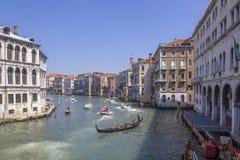 Vista de Grand Canal con los barcos y las fachadas coloridas de casas medievales viejas del puente de Rialto en Venecia, Italia Foto de archivo