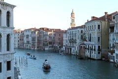 Vista de Grand Canal del puente de Rialto en Venecia foto de archivo