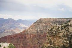 Vista de Grand Canyon em um dia nebuloso imagem de stock