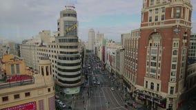 Vista de grande através de, de uma rua principal no Madri central, da cidade principal e a maior na Espanha em 14 Ocotober 2016 n video estoque