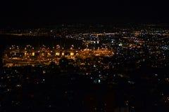 Vista de Haifa e do porto do centro dos jardins de Bahai em Mt Carmel na noite, Israel foto de stock royalty free