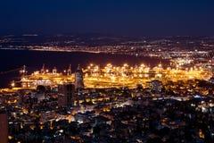 Vista de Haifa en Israel con la iluminación de la noche Foto de archivo libre de regalías