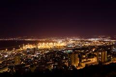 Vista de Haifa en Israel con la iluminación de la noche Fotos de archivo libres de regalías