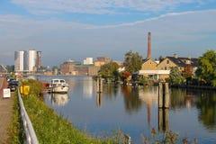 Vista de Halfweg de Zwanenburg através do canal Ringvaart Foto de Stock