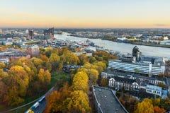 Vista de Hamburgo con Miguel, puerto, y de nuevo Elbphilharmony en puesta del sol alemania imágenes de archivo libres de regalías