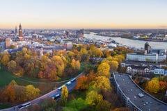Vista de Hamburgo con Miguel, puerto, y de nuevo Elbphilharmony en puesta del sol alemania fotografía de archivo