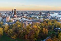 Vista de Hamburgo con Miguel, puerto, y de nuevo Elbphilharmony en puesta del sol alemania foto de archivo libre de regalías