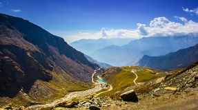 Vista de Himalaya en el manali, himachal, la India corrientes de los cielos azules, pastos verdes Imagen de archivo libre de regalías