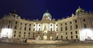 A vista de Hofburg iluminou no crepúsculo, o palácio imperial dos Habsburgo, de Michaelerplatz Viena Foto de Stock
